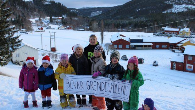 Lørdag 10. desember 2016 kl. 11- 12 møtes vi til en felles markering på Stjørdal torg for å aksjonere mot Formannskapets innstilling om å legge ned skolene i Skjelstadmark, Forradal og Flora.